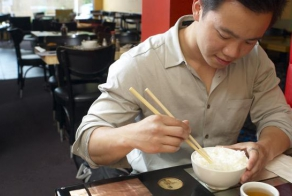 A smart chinese man ate for free in airports
