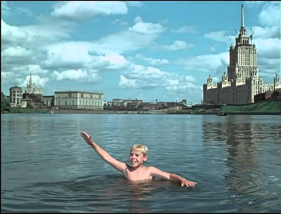 В это трудно поверить, но в 1956 году в Москва - реке можно было спокойно куп...