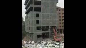 При сносе здания на экскаватор упал семиэтажный дом